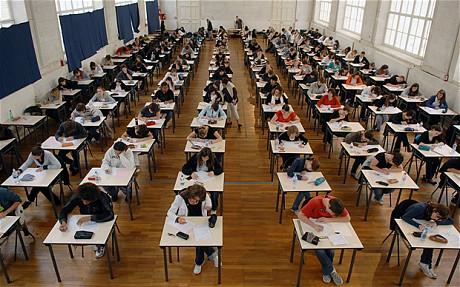Estudantes realizando um exame
